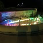 Chiavari Brunnen Nacht Farbenspiel