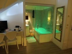 Das Badezimmer im Hotel Elite in Mestre lässt sich bunt beleuchten.jpg