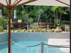 Die Poollandschaft im Hotel Relais Bellaria in Bologna.jpg