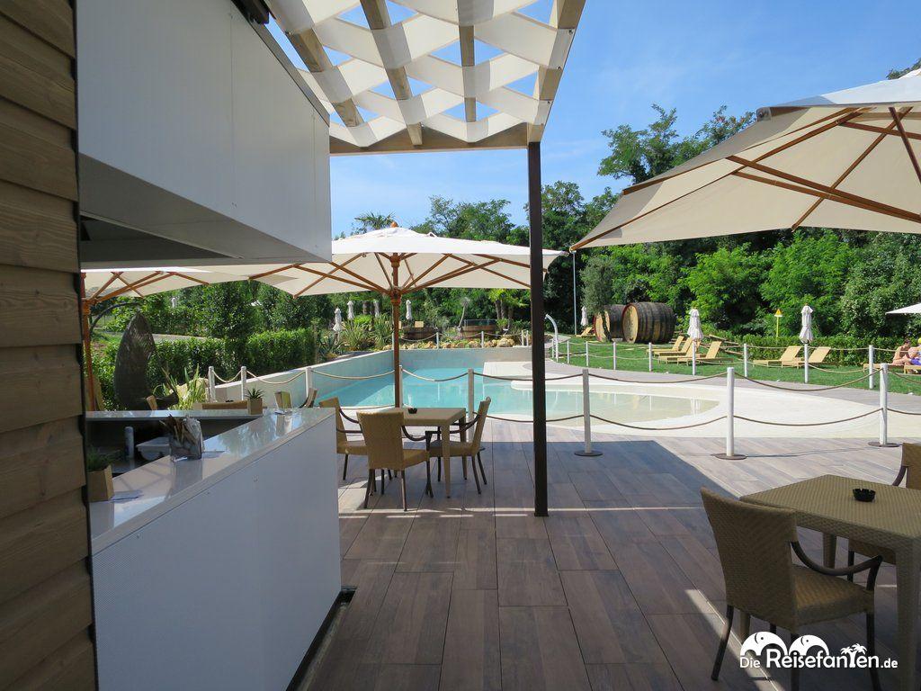 Im Hotel Relais Bellaria in Bologna steht im Garten ein Pool zur Verfügung.jpg