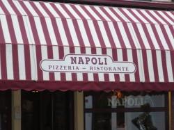 Eine schöne Markise im italienischen Farbstil ziert die Pizzeria Napoli in Groningen.