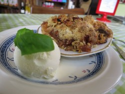 Ein kulinarischer Traum. Nussig-bröseliger Apfelkuchen aus dem Ofen mit Vanilleaus und Basilikum.
