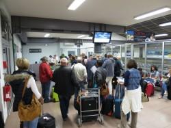 Warteschlange Flughafen Béziers Autovermieter