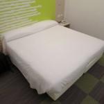 Doppelbett im Hotel Ibis Styles Milano Agrate Brianza