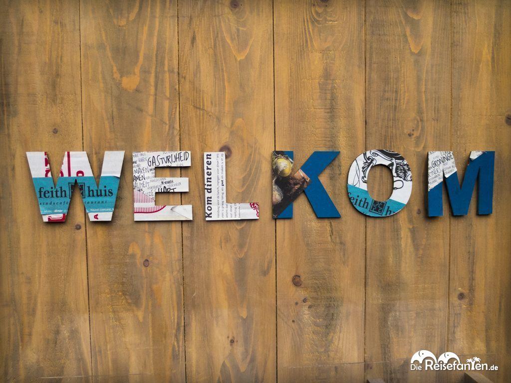 Welkom-Schriftzug an Holzwand