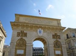 Der Triumphbogen Porte du Peyrou im Westen von Montpellier