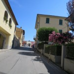 Fahrt durch ein Dorf in der Toskana zwischen Montecatini Terme und Florenz