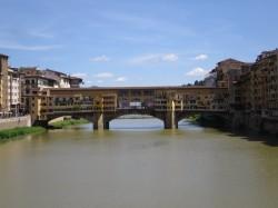 Frontalaufnahme der Ponte Vecchio in Florenz