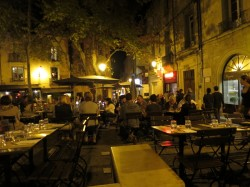 Place de la Chapelle Neuve in Montpellier am Abend