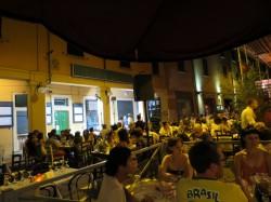 Auf dem Platz nahe der Via Mascarella befinden sich schöne Restaurants