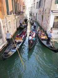 Bei der Menge an Touristen müssen sich die Gondolieri ganz schön anstrengen, damit alle durch die Kanäle passen
