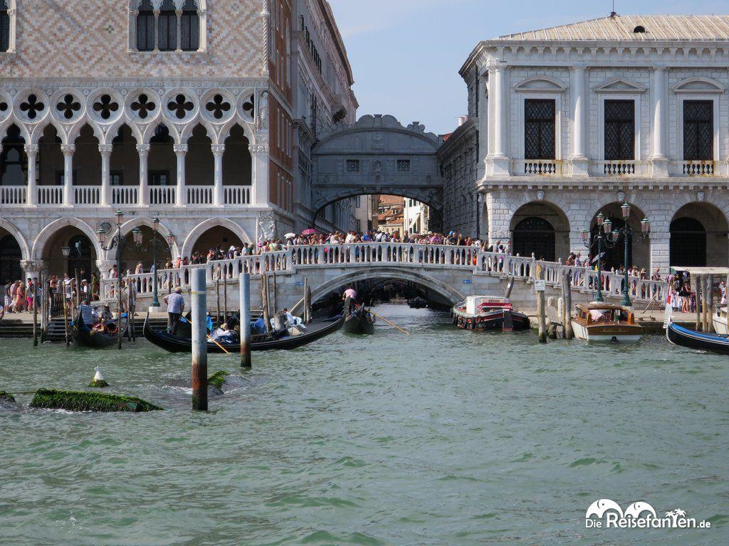 Die Brücken und Straßen rund um den Markusplatz sind gnadenlos von Touristen überfüllt