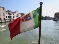 Diese Gösch der Kriegsmarine Italiens wehte an unserem Bootsbug vor der Kulisse Venedigs in unserem Vaporetto