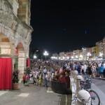 Nach dem Ende der Oper strömen Menschenmassen aus der Arena di Verona