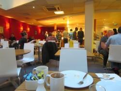 Im Frühstücksraum des Travelodge London City Road Hotel war alles recht kompakt gestellt