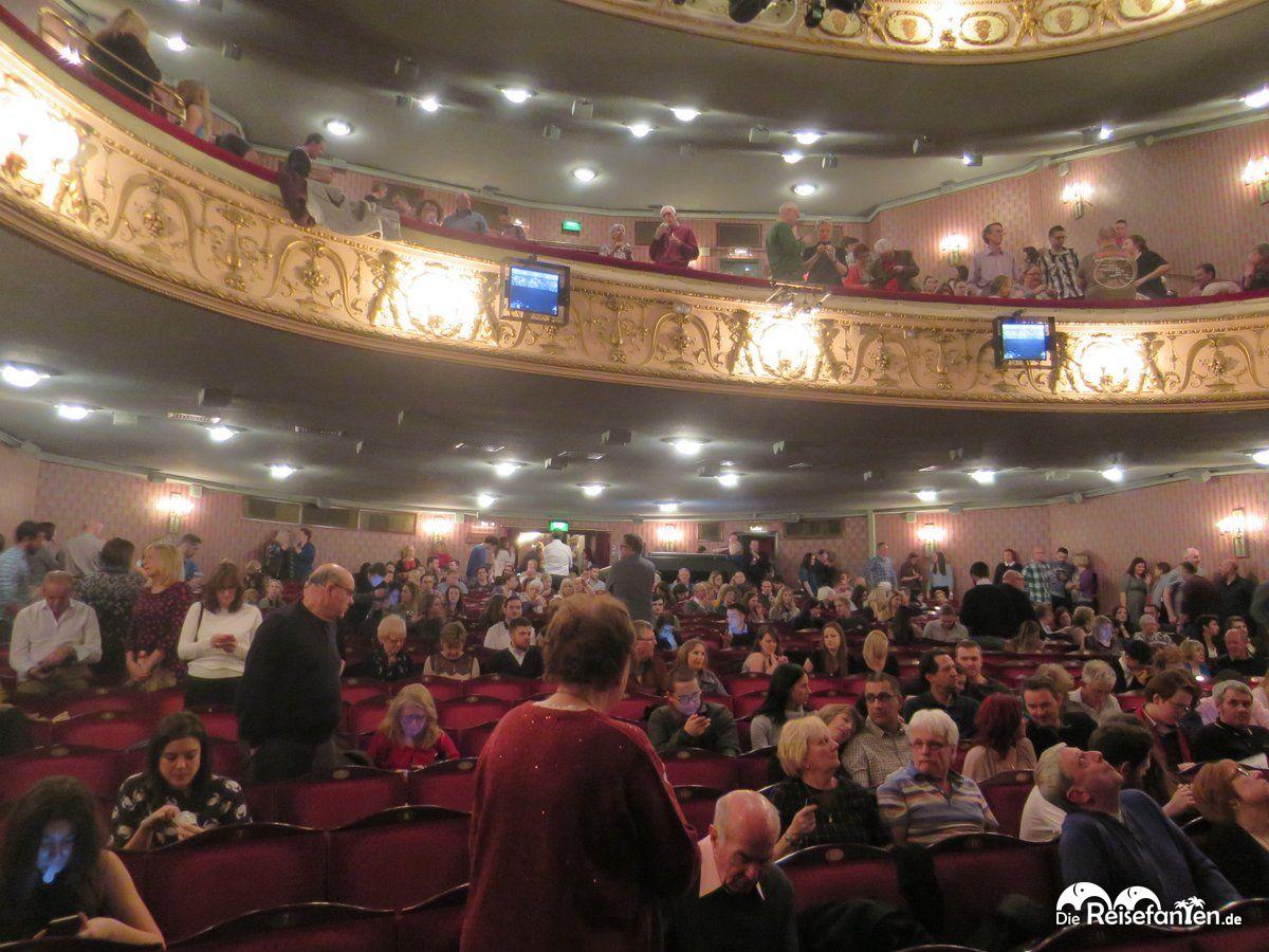Blick auf die hinteren Reihen im Queen's Theatre in London