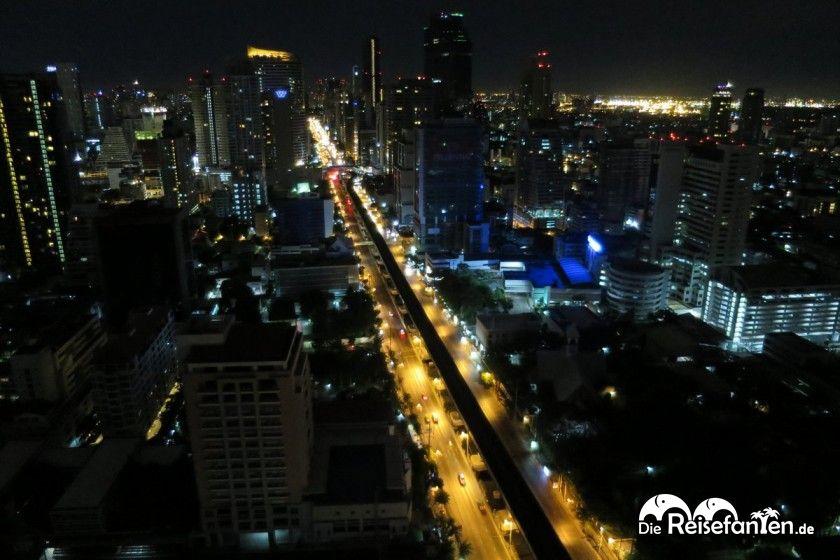 Blick vom Mode Sathorn ueber Bangkok.jpg