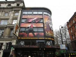 Die Fassade des Queen's Theatre in London zeigt bereits, was sich drinnen abspielt