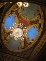 Die imposante Decke des Queen's Theatre in London