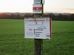 Ein Schild am Wegesrand weist die Richtung zum Römerstein