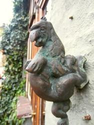 Relikte von früher prangen an den Häusern in der Rostocker Altstadt
