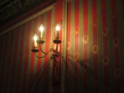 Schöne Kerzenleuchter im Londoner Queen's Theatre
