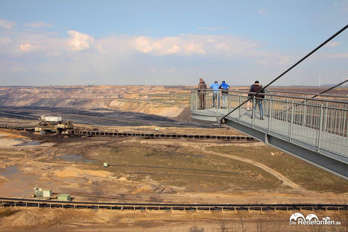 Auf einem Skywalk können die Besucher am Aussichtspunkt den Braunkohletagebau in Garzweiler begutachten