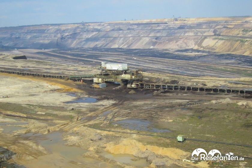 Die Kohle wird von den Baggern über Transportbänder hin zu einem zentralen Sammelpunkt befördert