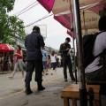 Sicherheitskräfte sind auf dem Chatuchak Weekend Market präsent.jpg