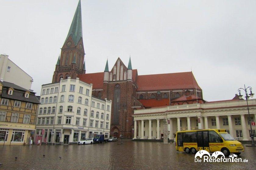 Blick vom Schweriner Marktplatz auf den Dom
