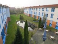Der Innenhof des Wyndham Garden Wismar Hotels
