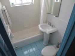 Das Badezimmer im Hotel Aqua in Miami Beach ist schon etwas in die Jahr gekommen