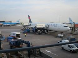 Die Delta Maschine wird für den Flug nach Atlanta beladen