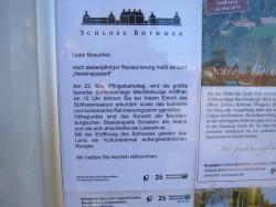 Ein Hinweisschild gibt Auskunft über die nahe Wiedereröffnung von Schloss Bothmer