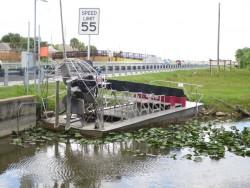 Mit solchen Airboats geht es durch die Everglades