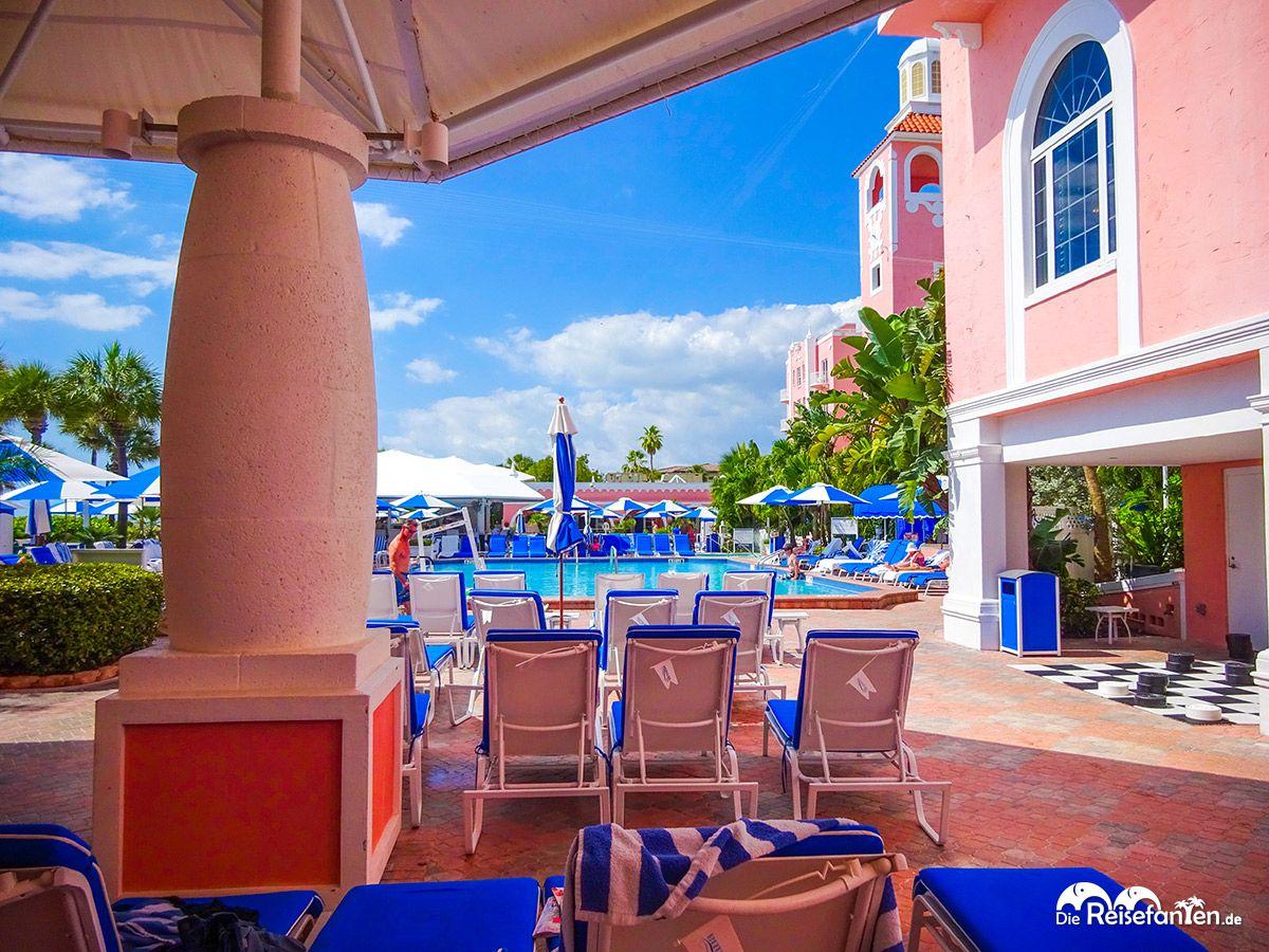 Blick auf den Pool und die Spielecke des Loews Don Cesar Hotels