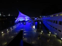 Der schön beleuchtete Tampa Riverwalk bei Nacht