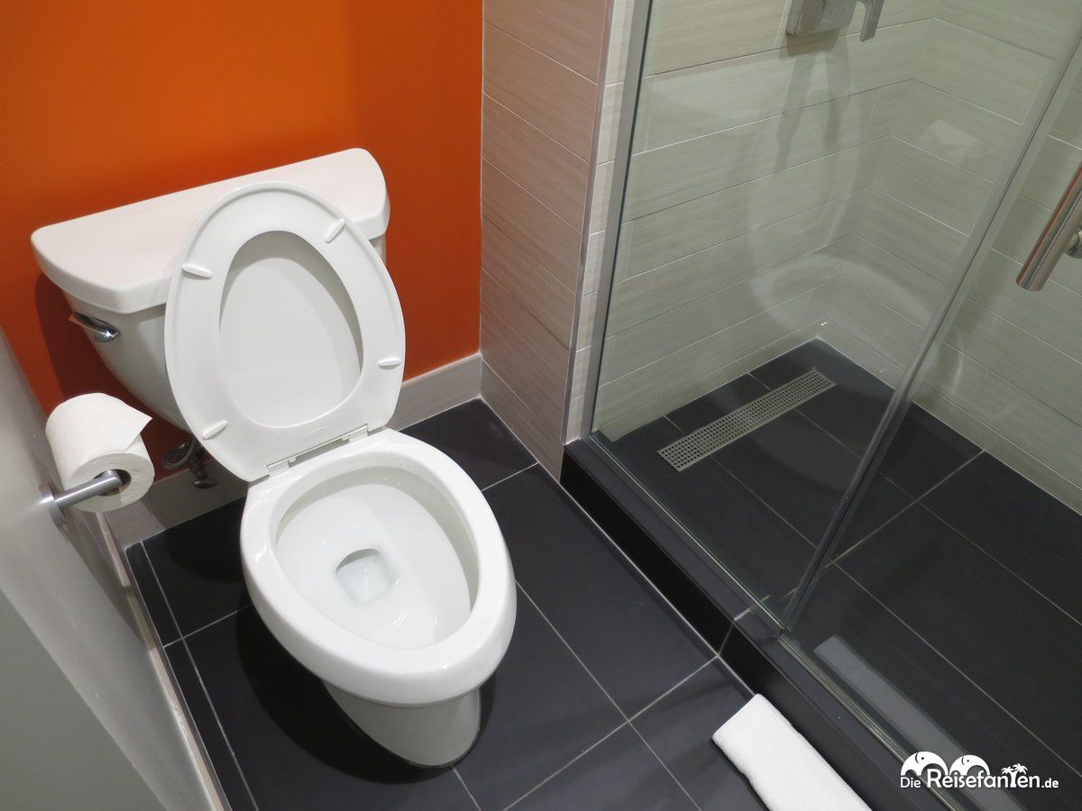 die toilette befand sich direkt neben der dusche im aloft hotel in tampa. Black Bedroom Furniture Sets. Home Design Ideas
