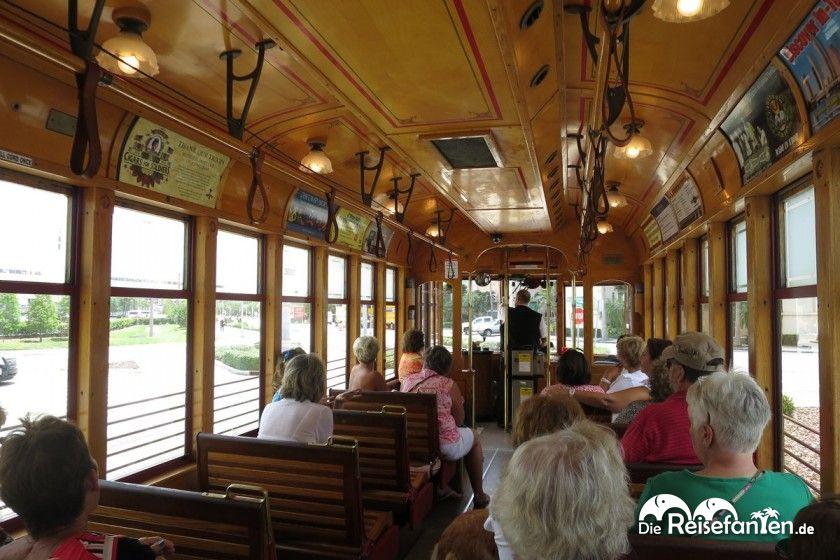 Im Innern der historischen Straßenbahn auf dem Wege nach Ybor City