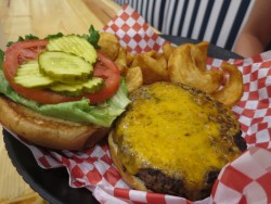 Leckere Cheeseburger bei Boulevard Burgers in St. Pete Beach in Florida