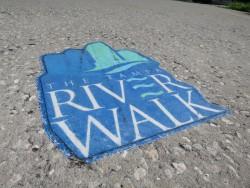 Logo des Tampa Riverwalk auf dem Betonboden