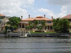 Schöne Anwesen zieren die Uferbereiche in Tampa