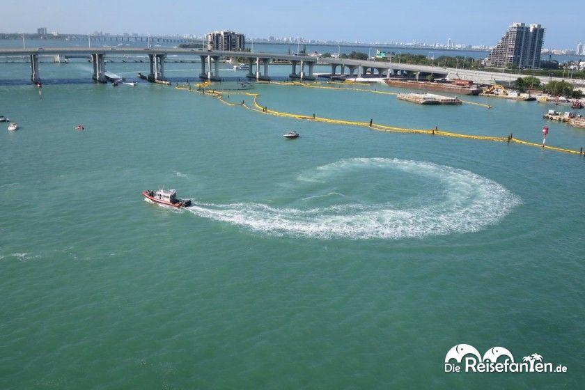 Auch die Küstenwache dreht fröhlich ihre Runden beim Auslaufen der Carnival Glory