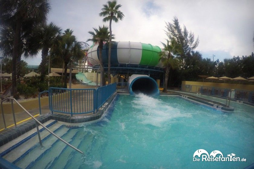 Der Ausgangsbereich einer Wasserrutschte im Wet'nWild in Orlando