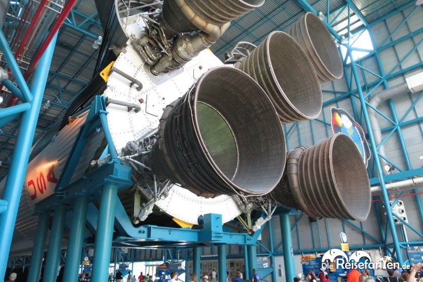 Die riesigen Antriebsdüsen der Saturn V Rakete im Kennedy Space Center
