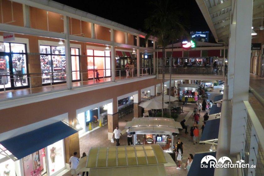 Geschäfte auf zwei Ebenen im Bayside Marketplace in Miami