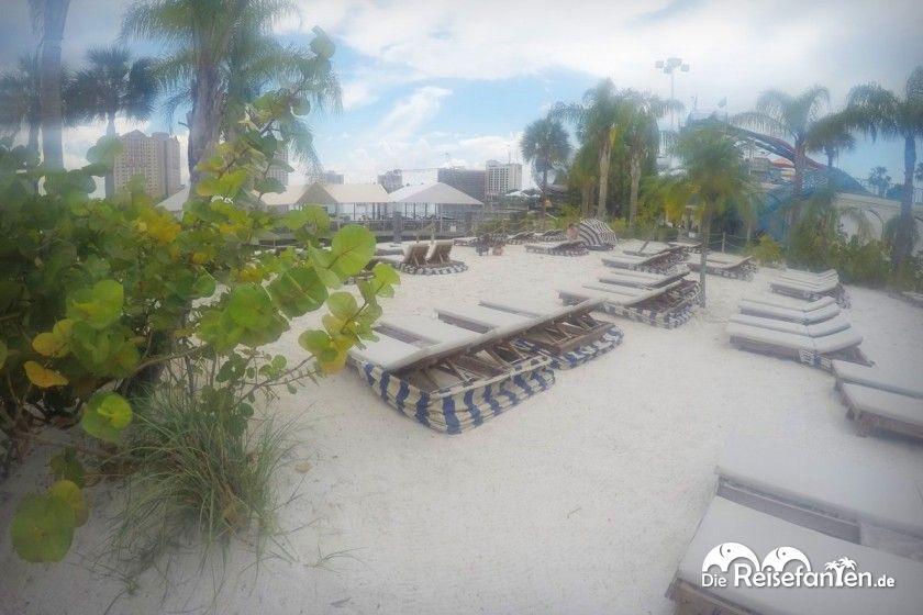 Künstlicher Strand mit Liegen im Wet'nWild in Orlando