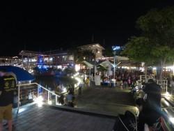 Nächtliches Treiben im Bayside Marketplace in Miami