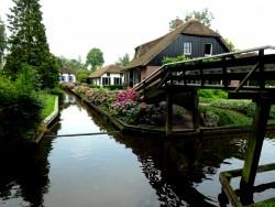 Schöne Reetdachhäuser an den Grachten von Giethoorn