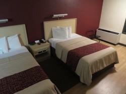 Zwei Einzelbetten im Doppelzimmer des Red Roof Plus+ Miami Airport Hotels